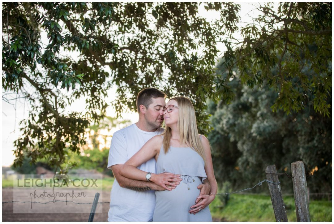 couple snuggle Hunter Valley